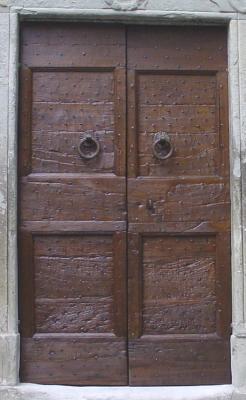 Restauro di un portone in noce del XVI secolo